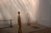 Zwei frühe Skulpturen aus der Ausstellung in der Galerie Treibhaus in Dresden.