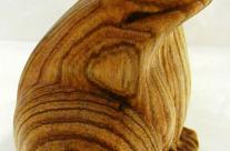 Seitenansicht der Figur aus Holz