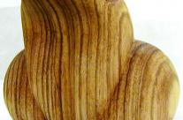 Vorderansicht der Figur aus Holz