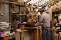 Bildhauer Engel in seinem Atelier