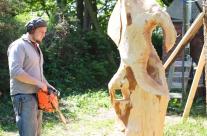 Skulptur mit Hilfe der Kettensäge schneiden