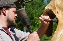 Skulptur aus Holz entsteht