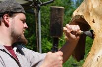 Skulptur aus Holz wird bearbeitet