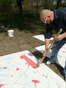 Bildhauer Søren Engel aus Hamburg beim Farbauftrag für die Schichtschnitte.