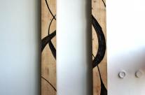 Skulptur aus Holz, an der Wand hängend. Nach Osten ausgerichtet.