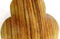 Rückansicht der Figur aus Holz