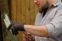 Bildhauer pflegt Werkzeug