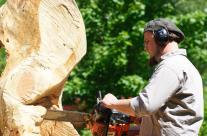 Schneiden einer Skulptur aus Holz