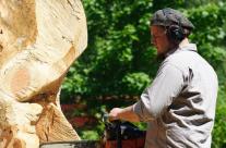 Sägen an einer Skulptur aus Holz
